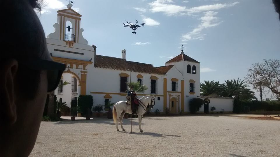 Drones y caballos, buena mezcla